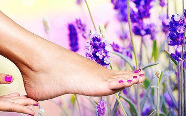 Relaxační levandulová pedikúra včetně ochranného lakování nehtů lakem s proteiny