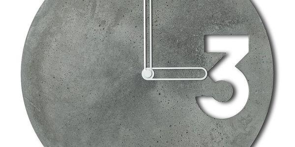 Betonové hodiny od Jakuba Velínského, ohraničené bílé ručičky