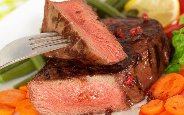 Steakové menu s lahví vína pro vás dva. 57% sleva!