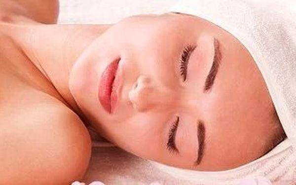 Hodinové kosmetické ošetření pleti kosmetikou z černých perel a perlorodek