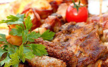 Pekáč plný masa: pečené koleno, žebra a kuřecí křídla!
