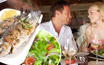 Pstruh na grilu, vařený brambor a zeleninový salát. Dopřejte si čerstvého pstruha, který je pro své jemné maso a delikátní chuť jednou z nejchutnějších českých ryb!