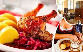 Celá pečená kachna s variací houskových a bramborových knedlíků a dvěma druhy zelí! Troufnete si na více než dvoukilovou kachničku sami? Pokud ne, pozvěte si pomocníky a potěšte své chuťové buňky i bříška hostinou v pravém staročeském stylu!