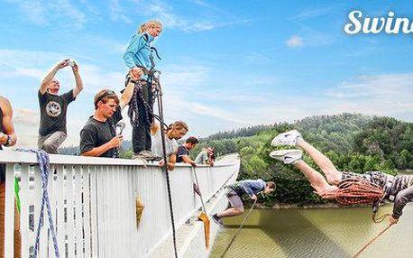 Adrenalinový skok a zhoupnutí z mostu Swing Jump