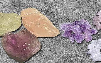 Růženín, ametyst a křišťál - mix surových neopracovaných kamenů