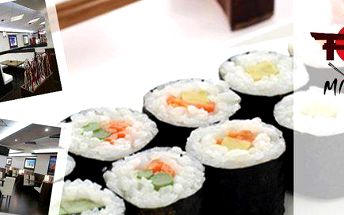 Menu pro 2 s polévkami a kousky sushi, mořskými řasami a salátem