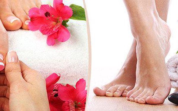 Profesionální mokrá pedikúra, masáž, peeling a aplikace výživného séra