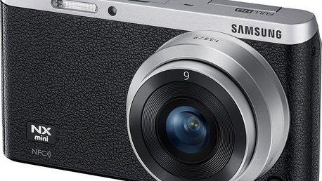 Nejmenší kompakt s výměnnými objektivy Samsung NXmini Silver-Black + pancake 9 mm f/3,5