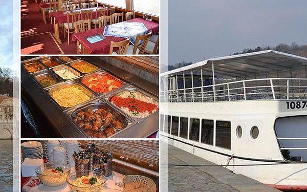 Vyhlídková romantická plavba lodí po Vltavě, 1 - 3 hodiny, na výběr plavba s rautem a živou hudbou.
