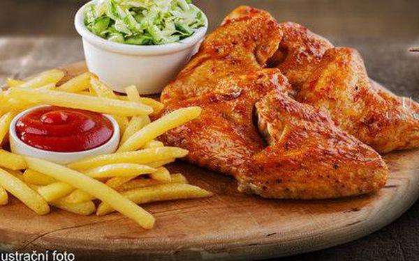 Pořádná porce kuřecích křídel a špalíčků
