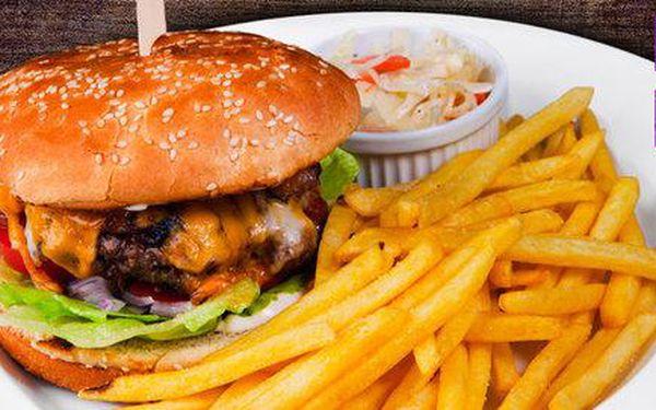 Dva burgery s přílohou a salátem v centru Prahy