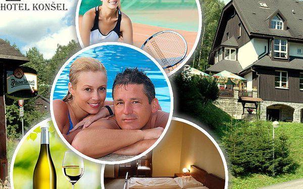 Pobyt pro 2 osoby na 3 dny s polopenzí, hodinou tenisu a lahví vína v krásném horském hotelu Konšel.
