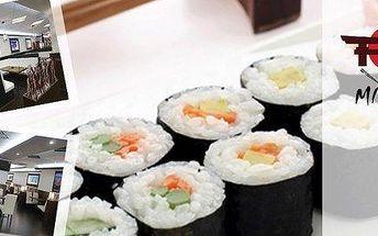 Čerstvé kousky sushi s mořskými řasami a salátem