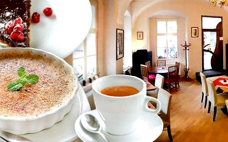 Dva domácí francouzské dezerty a dvě kávy