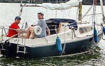 Pronájem jachty na Orlíku: kapitánem bez průkazu!