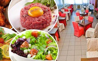 Tatarák, kuřecí křidélka, kuřecí špalíky, smažené řízečky a salát v restauraci Ekvádor v Brně.