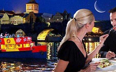 Plavba po Vltavě: zažijte Prahu jinak. Možnost bohatého rautu a hudby!
