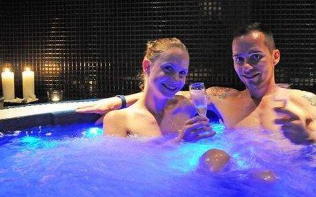 Privátní whirlpool + neomezený saunový svět pro dva