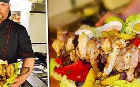Obří mega špíz pro celou partu: 1,5 kg masa v restauraci u Kroužků v srdci Žižkova.