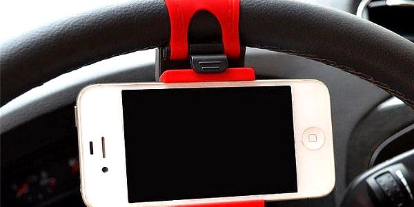 Univerzální držák na mobilní telefon pro upevnění na volant nebo na řídítka kola