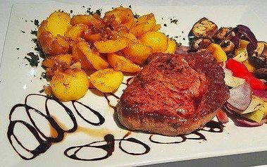 2x argentinský rib eye steak, loupežnické brambory a grilovaná zelenina