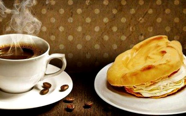 Větrník nebo věneček s kávou