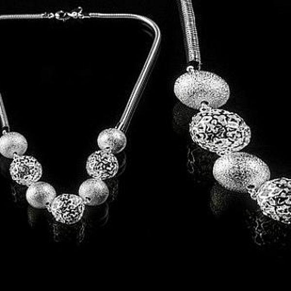 Elegantní náhrdelník s velkými kuličkami postříbřený kvalitním stříbrem, který zaručeně potěší každou ženu!