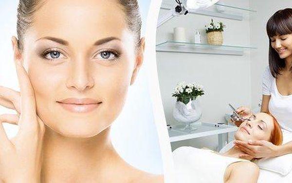 Ošetření obličeje nebo dekoltu proti akné přípravkem Beta Peel