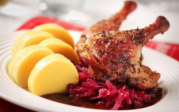 Pečená kachna s knedlíkem a zelím v pražské restauraci Osudová přitažlivost