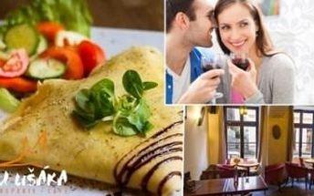 Crepes s kuřecím masem, sýrem a žampiony, káva a víno pro dvě osoby.