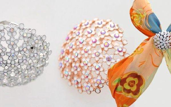 Krásná květinová ozdoba na šátek. Na výběr zlatánebo stříbrnábarva.