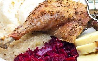 Více než dvoukilová pečená kachnička s variací houskových a bramborových knedlíků a dvěma druhy zelí