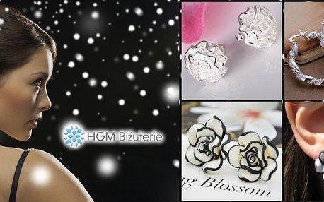 Překrásné dámské náušnice v několika provedeních a poštovným zdarma. Nestárnoucí klasika v podobě kroužků či jednoduchá elegance v podobě růžiček? Pořiďte si doplňky, které skvěle ozdobí každou ženu a jsou vhodné jak pro každodenní tak slavnostní nošení!