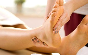 Reflexní masáž plosek nohou nebo terapie metodou Reiki