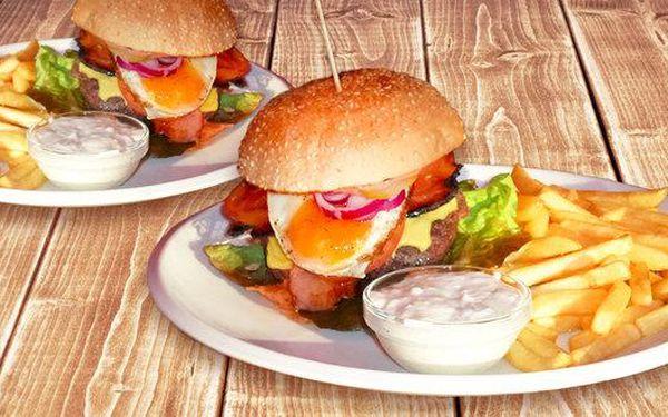 Dva šťavnaté hovězí maxi burgery a hranolky
