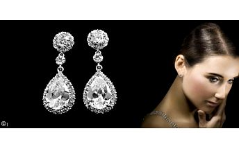 Luxusní náušnice s krystaly Swarovski elements. Nádherné postříbřené náušnice zdobené krystaly vysokého lesku, jsou přesně tím doplňkem, který z Vás udělá každého plesu nebo společenské události. Ideální také jako vánoční dárek pro každou dámu.