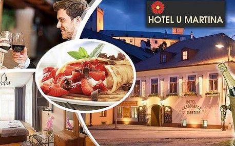 Rožmberk nad Vltavou - pobyt pro 2 osoby na 3 dny v hotelu U Martina přímo na břehu Vltavy s romantickým výhledem na hrad a zámek. V ceně snídaně, slavnostní večeře, láhev sektu a navíc palačinka se zmrzlinou, káva Piacetto a míchaný nápoj pro oba. Prožij