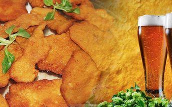 Pořádná nálož 800 g vepřových a kuřecích řízečků včetně 300g přílohy v restauraci Domovina v Praze.