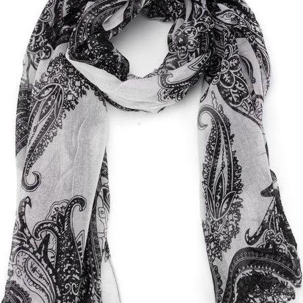 Černobílý šátek v bohémském stylu