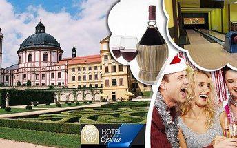 Silvestrovský pobyt pro 1 osobu na 4 dny v Hotelu Opera*** s polopenzí. Silvestrovský program, čtyřchodové menu, novoroční přípitek, navíc láhev vína, dárek na pokoji a bowling! Zažijte romantickou oslavu Nového roku v podzámčí krásného barokního zámku v
