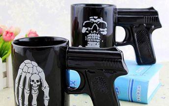 Hrnek s držákem ve tvaru pistole