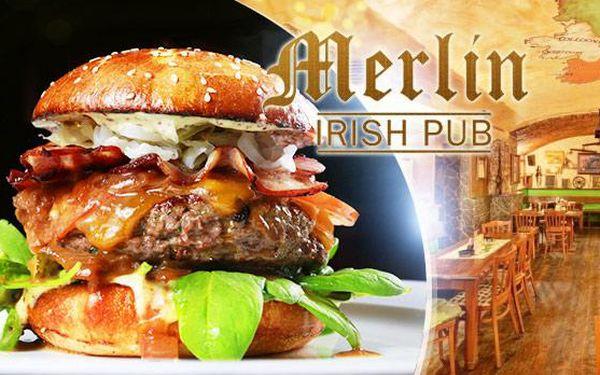 2x 200g hovězí burger, hranolky a domácí tatarka v oblíbeném Merlin Irish Pubu v Praze Vinohradech!