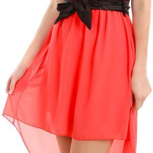 Krásné šaty s delším zadním dílem lososová
