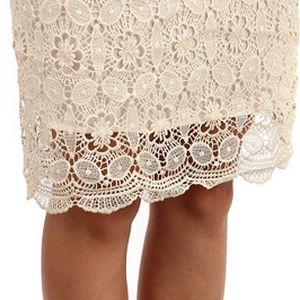 Krásná stylová sukně s háčkovanou vrchní vrstvou béžová