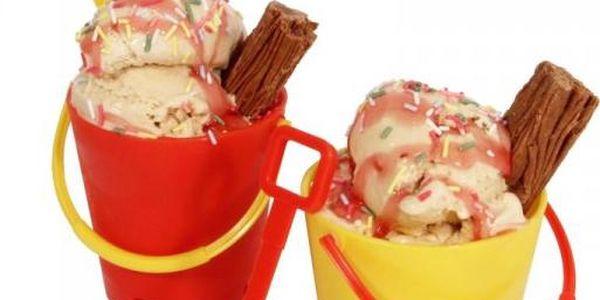 Kbelík a rýč na zmrzlinu