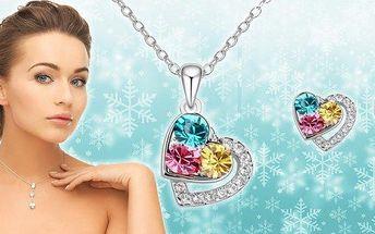 Luxusní set s krystaly Swarovski Elements ve tvaru romantických srdíček. Řetízek s přívěskem a náušnice, které skvěle ozdobí ženy a dívky všech věkových kategorií! Snad každá žena má ráda šperky, potěšte i vy své blízké krásným třpytivým dárkem.