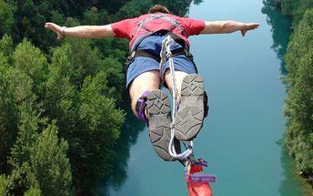 Bungee jumping pro jednoho z 62 metrů vysokého mostu