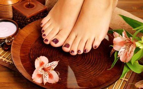 Mokrá nebo suchá pedikúra včetně jemné masáže, peelingu a lakování! Krásné a zdravé nožky nejen v létě!