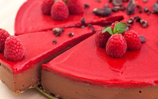 RAW čokoládový dort s malinovým frostingem
