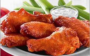 Půl kila šťavnatých kuřecích křídel opět přilétá a za pouhých 79 Kč! Restaurace Na Lodi je zpět!